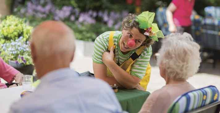 Wie Gesundheitsclowns im Altersheim Freude bereiten