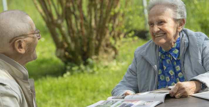 So wohnen Seniorinnen und Senioren zufrieden und glücklich im Altersheim