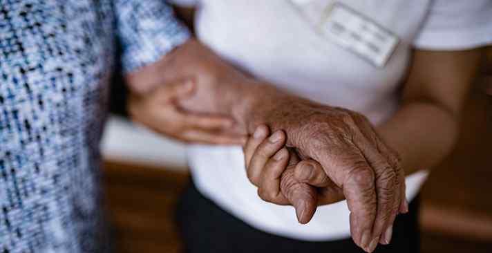 Was sich im Alter gegen Stolpern und Stürzen tun lässt